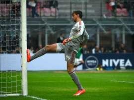 Guarda-redes do Milan infeliz no desafio contra o Pescara. AFP