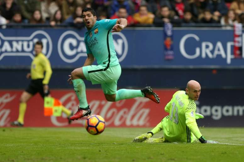 Barcelona forward Luis Suarez (L) has signed on to stay with the club until 2021