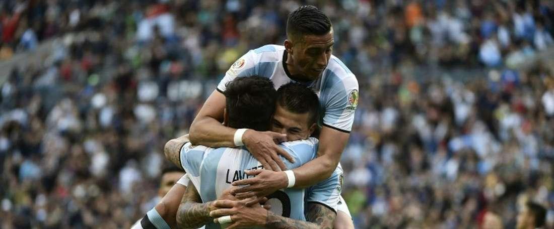 Argentinas Ezequiel Lavezzi (R) celebrates with teammates Victor Cuesta and Ramiro Funes Mori after scoring against Bolivia during their Copa America Centenario Group D match, in Seattle, Washington, on June 14, 2016