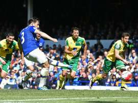 Everton's defender Leighton Baines (2ndL) shoots from the penalty spot to score his team's second goal against Norwich City on May 15, 2016