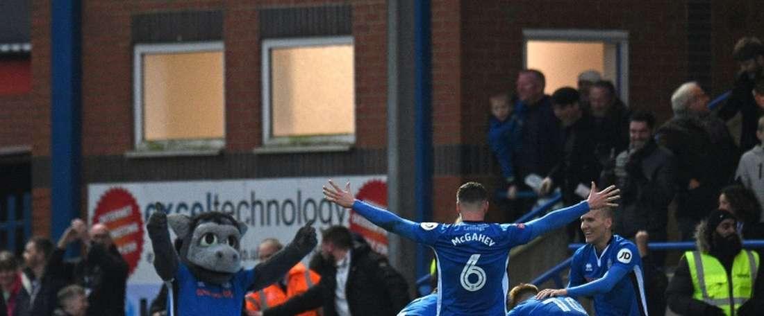 Os jogadores do Rochdale celebram o 1-0 diante dos 'spurs'. AFP