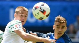 McCarthy (d) puede acabar jugando en el Newcastle. AFP