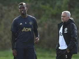 Paul Pogba e o técnico José Mourinho. AFP