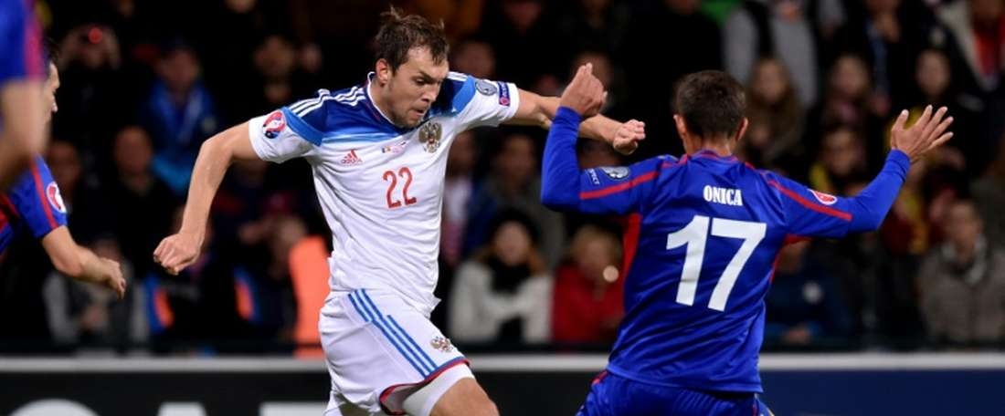 Russias forward Artem Dzyuba (L) vies with Moldovas Alexandru Onica during the Euro 2016 qualifying football match at the Stadionul Zimbru in Chisinau on October 9, 2015