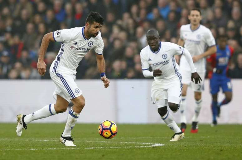 Chelseas striker Diego Costa (L) runs with the ball on December 17, 2016. AFP