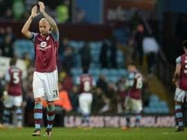 Hutton seguirá en el Aston Villa. AFP