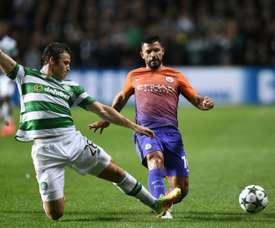 Simunovic y Sviatchenko se quedan en el Celtic de Glasgow. AFP