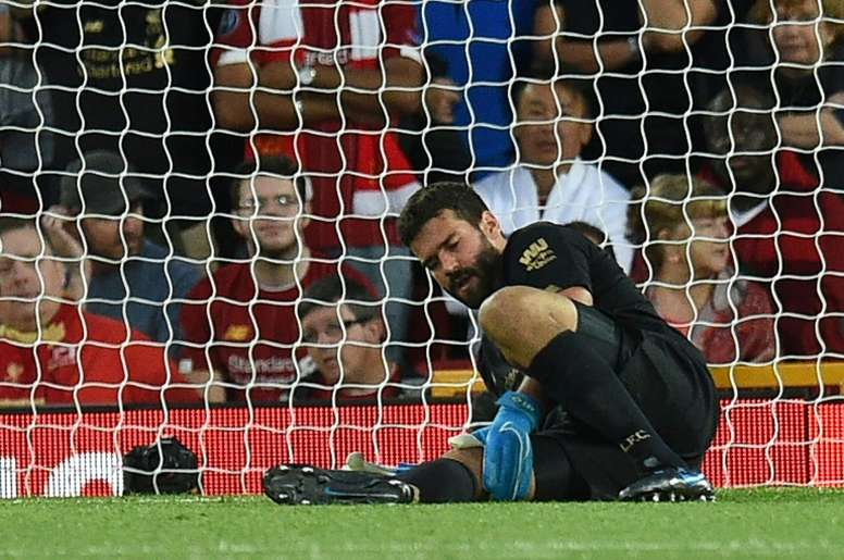 Alisson deve voltar contra o Manchester United. AFP