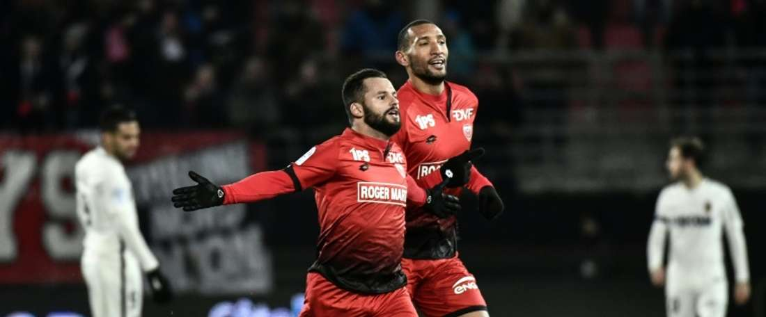 Dijons French midfielder Frederic Sammaritano (L) celebrates after scoring a goal during the French L1 football match Dijon vs Monaco on November 29, 2016