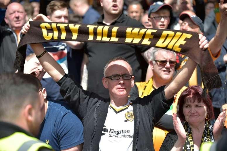 Les supporters de Hull saluent ses joueurs qui n'ont pas réussi le maintien en Premier League. AFP