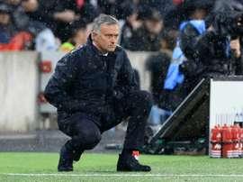 Mourinho empezó con mal pie la Premier y quiere huir del chaparrón en la EFL Cup. EFE