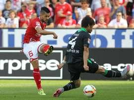 Danny Latza, en un partido con el Mainz, ante el Hannover. AFP