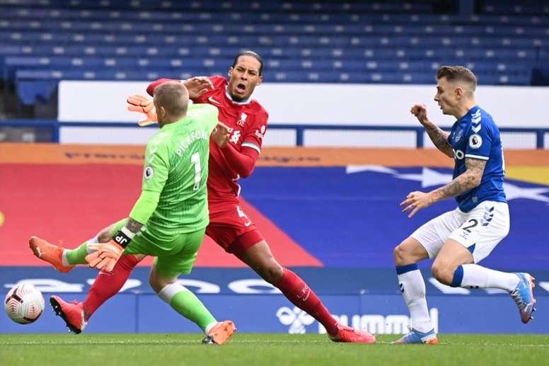 Van Dijk pasará por quirófano y el Liverpool evitó dar su tiempo de baja. AFP
