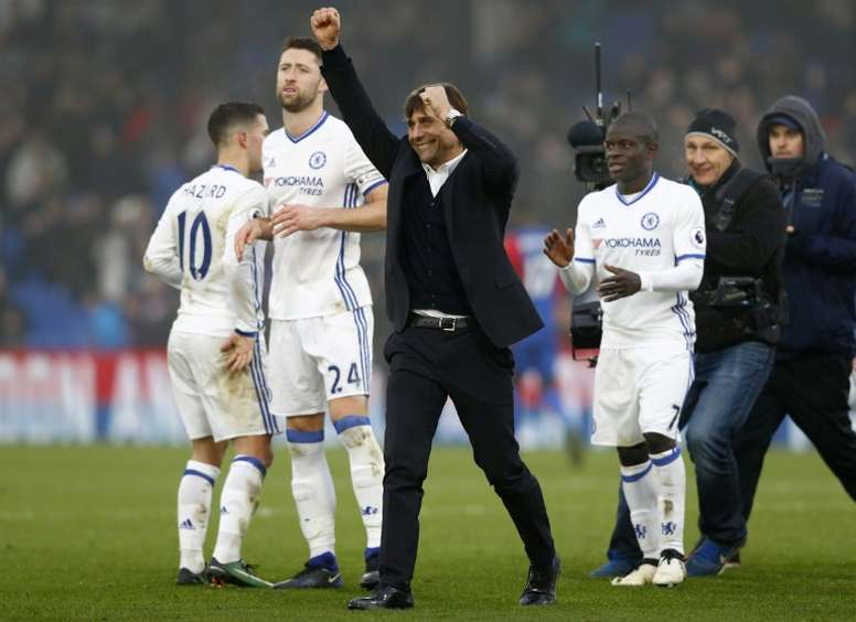 Chelseas head coach Antonio Conte (C) applauds the fans following the English Premier League football match between Crystal Palace and Chelsea at Selhurst Park in south London on December 17, 2016