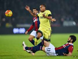 Inter Milans French forward Jonathan Biabiany (L) vies with Bolognas Italian defender Luca Rossettini during the Serie A football match at DallAra stadium in Bologna on October 27, 2015