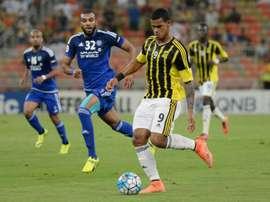 Saudi Al Ittihad FC player Gelmin Ribas Boada (R) attempts to get past UAEs Al-Nasr player. BeSoccer