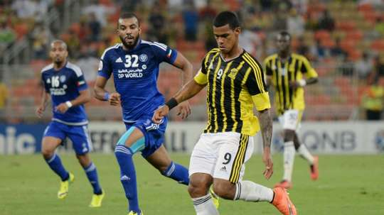 Saudi Al Ittihad FC player Gelmin Ribas Boada (R) attempts to get past UAEs Al-Nasr player. BeSoccer