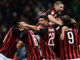 Alessio Romagnoli, abraçado por vários jogadores do Milan, pode chegar no Barça por Todibo. AFP