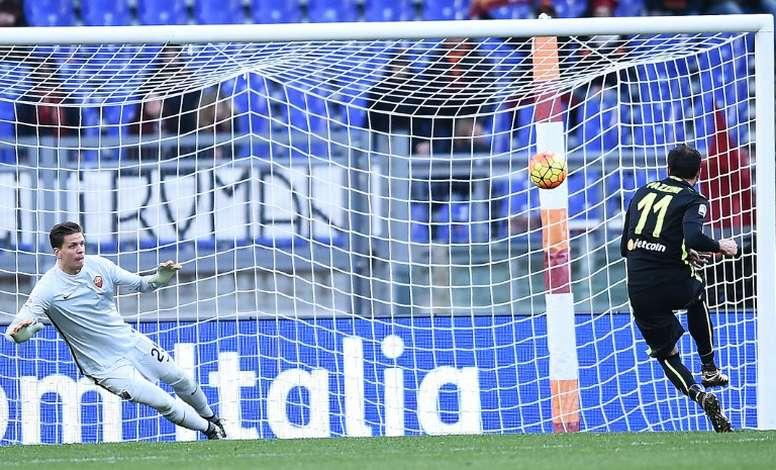 Pazzini (d) podría dejar el Hellas Verona después de dos temporadas y media. AFP