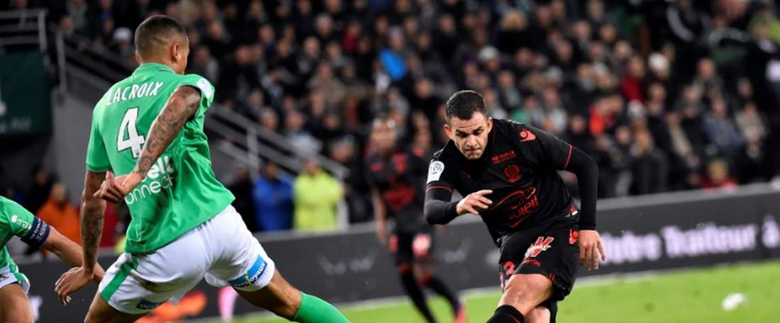 Nice's midfielder Valentin Eysseric (R) scores a goal during the French L1 football match against Saint-Etienne November 20, 2016