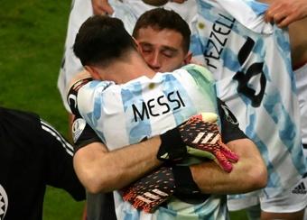 Emi Martínez habló de lo que supone jugar con Messi. AFP