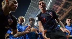 El extremo del Inter fue el primero en preocuparse por Cortez. AFP