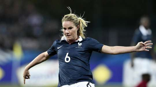 Frances midfielder Amandine Henry controls the ball during the friendly football match France vs Russia on May 22, 2015 at the Gaston Petit stadium in Chateauroux