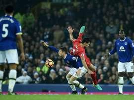 Liverpool y Everton tienen a Konsa en su órbita.  AFP