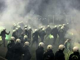 Los disturbios en el PAOK-Olympiakos han provocado la suspensión de la competición. AFP