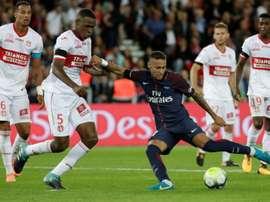 Issa Diop à la lutte avec Neymar au Parc. AFP