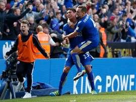 Ulloa logró un doblete en la victoria del Leicester ante el Swansea. AFP
