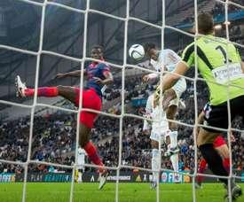 Batshuayi cabecea a gol para lograr el empate del Marsella ante el Ajaccio. AFP