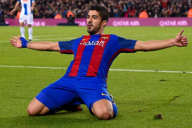 Barcelonas forward Luis Suarez celebrates a goal on December 18, 2016