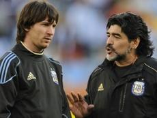 Maradona et Messi, les étoiles contraires du foot argentin. AFP
