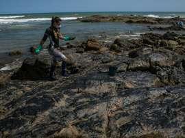 Des taches de pétrole dessinées sur des maillots de foot pour dénoncer la pollution. AFP