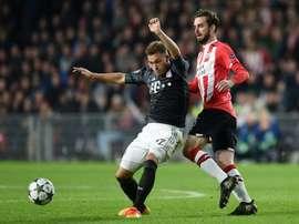 Le milieu du PSV Eindhoven Davy Propper à la lutte avec celui du Bayern Joshua Kimmich. AFP