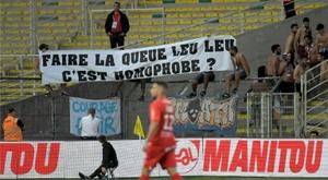 Des banderoles hostiles aux instances dans les stades de L1. AFP
