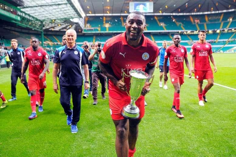 Le capitaine et défenseur de Leicester Wes Morgan tient le trophée de lInternational Champions Cup à Glasgow, en Écosse le 23 juillet 2016