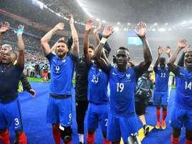 Les joueurs français fêtent avec le public leur qualification pour les demi-finales de lEuro en battant lIslande, le 3 juillet 2016 au Stade de France