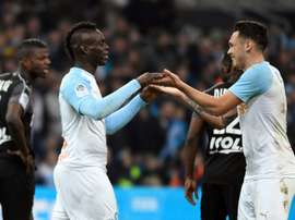 Mario Balotelli (g), félicité par son coéquipier Lucas Ocampos. AFP