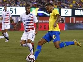 Neymar (d) à la lutte avec le défenseur des Etats-Unis DeAndre Yedlin. AFP