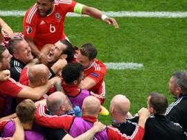 Gareth Bale exulte avec ses coéquipiers après son but pour le Pays de Galles face à la Slovaquie, le 11 juin 2016 à Lens