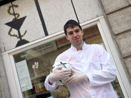 Toni Dovale, des crampons à la blouse blanche contre le coronavirus. AFp
