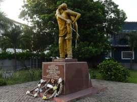 Statue en hommage aux 127 personnes décédées en mai 2001 lors du 'Clasico' ghanéen. AFP
