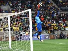 Khadim Ndiaye tente d'arrêter un tir face à l'Afrique du Sud en qualifs pour le Mondial 2018. AFP