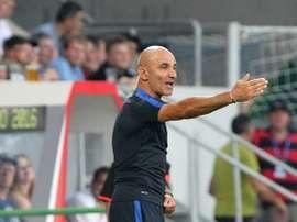 L'entraîneur des Bleus -20 ans, Ludovic Batelli, donne des instructions lors de l'Euro -19 ans. AFP