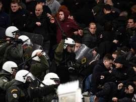 Des supporters de l'Ajax affrontent la police anti-émeute. AFP