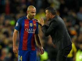 L'entraîneur du Barça Luis Enrique donne des instructions au défenseur Javier Mascherano. AFP