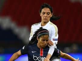 La capitaine du PSG Shirley Cruz à la lutte avec la Lyonnaise Louisa Necib en C1. AFP
