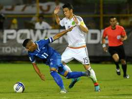 Le capitaine du Salvador Nelson Bonilla (g) lors du match face au Mexique en qualifications. AFP